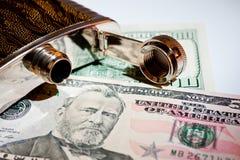 酒精饮料和美元的金属烧瓶特写镜头射击 免版税库存照片