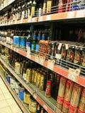 酒精饮料商店  酒精饮料市场 不同的种类啤酒 库存照片