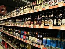 酒精饮料商店  酒精饮料市场 不同的种类啤酒 库存图片
