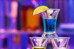 酒精饮料接近的射击与石灰的在酒吧 库存照片