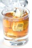 酒精饮料求冰whith的立方 免版税图库摄影