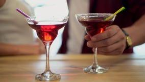 酒精饮料特写镜头站立在背景的夫妇的 股票录像