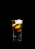 酒精饮料用可乐和冰在黑色 库存照片