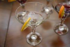 酒精饮料用柠檬在桌上站立 库存图片