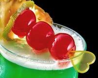 酒精饮料,与重点,情人节,樱桃的鸡尾酒,查出黑色 免版税库存照片