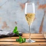 酒精饮料,饮料,在凹槽玻璃的香槟汽酒 免版税库存照片