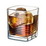 酒精鸡尾酒与在白色背景隔绝的冰的威士忌酒可乐 免版税库存照片