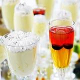 酒精鸡尾酒和冰淇凌在桌上,服务 库存照片