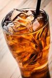 酒精鸡尾酒用可乐和冰 免版税库存照片