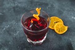 酒精鸡尾酒用桔子 在酒吧的酒精冷的饮料 免版税图库摄影