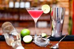 酒精鸡尾酒饮料用伏特加酒和在柜台的含糖量9%-15%的香槟酒 免版税库存照片