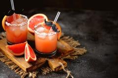 酒精鸡尾酒`咸狗`用新鲜伏特加酒、的葡萄柚,海盐和冰 库存图片