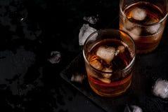 酒精鸡尾酒-威士忌酒和可乐 免版税库存照片