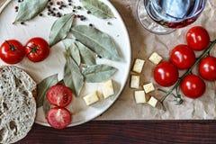 酒精,饭桌 意大利或法国葡萄酒和简单的快餐 库存图片