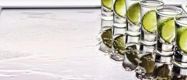 酒精 龙舌兰酒射击,石灰,海盐,冰,鸡尾酒,党,顶视图,拷贝空间 库存图片
