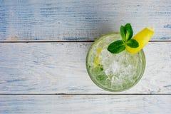 酒精mojito cocktil酒吧用大杯喝的饮料新鲜的热带饮料顶视图拷贝空间高玻璃杯,用兰姆酒,薄荷 免版税库存照片