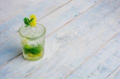 酒精mojito cocktil酒吧用大杯喝的饮料新鲜的热带饮料顶视图拷贝空间高玻璃杯,用兰姆酒,薄荷 图库摄影