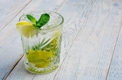 酒精mojito cocktil酒吧用大杯喝的饮料新鲜的热带饮料顶视图拷贝空间高玻璃杯,用兰姆酒,薄荷 库存图片
