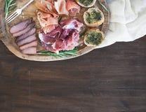 酒被设置的肉开胃菜:熏火腿、serrano和被治疗的羊羔肉 库存照片