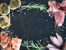 酒被设置的肉开胃菜:熏火腿、serrano和被治疗的羊羔肉 免版税图库摄影