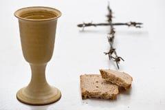 酒酒杯用面包 免版税图库摄影