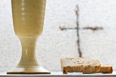 酒酒杯用面包 免版税库存图片