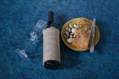 酒鹌鹑蛋和面包 图库摄影