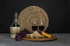 酒,乳酪,葡萄,面包静物画 免版税库存图片