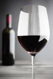 酒:红葡萄酒玻璃特写镜头, 免版税库存图片