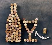 酒黄柏在瓶和玻璃形状安排了  免版税库存照片