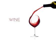酒 玻璃和瓶 背景红色飞溅白葡萄酒 免版税库存照片