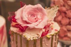 从酥皮点心乳香树脂的罗斯在蛋糕 免版税库存图片