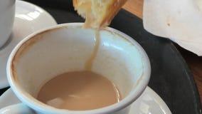 酥皮点心和热奶咖啡早餐 股票录像