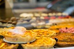 酥皮点心在面包店商店 免版税库存图片