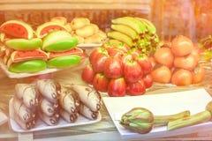 酥皮点心用以果子和鱼的形式小杏仁饼 典型西西里人 图库摄影