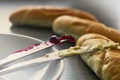酥皮点心用黄油和果酱 免版税库存照片