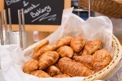 酥皮点心自助餐新月形面包早午餐或早餐在餐馆内部 库存照片