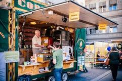 酥皮点心面包店和食物卡车在瑞士苏黎士 免版税库存照片