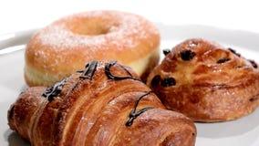 酥皮点心 早餐各种各样的产品 多福饼,新月形面包,奶油蛋卷 股票视频
