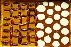 酥皮糕点馅饼用奶油色焦糖、干旱时期和小点由奶油硬糖制成 库存照片