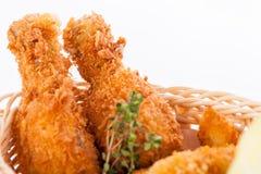 酥脆嘎吱咬嚼的金黄鸡腿和翼 库存照片