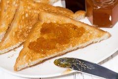 酥脆多士用果酱早餐,特写镜头 免版税库存图片