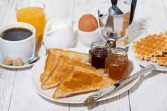 酥脆多士用果酱早餐 图库摄影