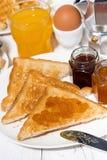 酥脆多士用莓果阻塞早餐,垂直 库存照片