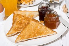 酥脆多士用莓果阻塞早餐,特写镜头 免版税库存图片