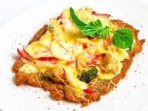 酥脆小牛肉炸肉排用乳酪,蕃茄, 库存图片