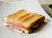 酥脆敬酒的火腿和乳酪三明治 库存照片