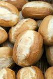 酥脆有壳的金黄小圆面包 免版税库存图片