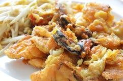 酥脆油煎的淡菜煎蛋卷用在盘的豆芽 免版税库存图片
