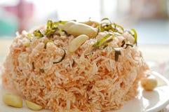 酥脆油煎的稀薄的米线用椰子提取乳脂顶部在板材的花生和切片柠檬叶子 免版税库存照片